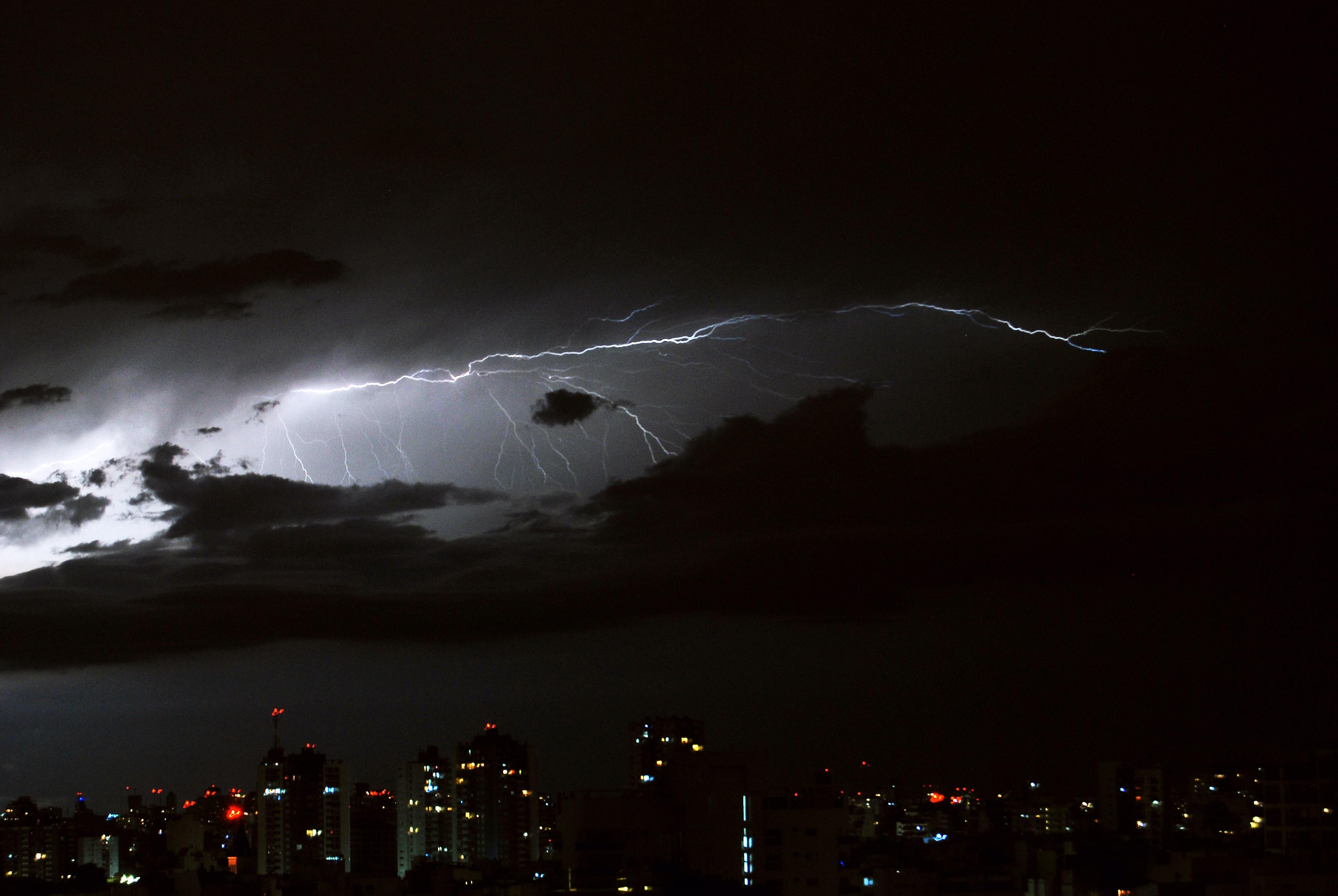 Przykład wyładowania atmosferycznego typu cloud to cloud