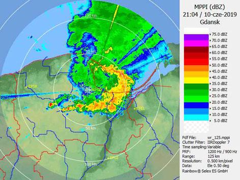 Echo łukowe (bow echo) widoczne na obrazie radaru Gdańsk
