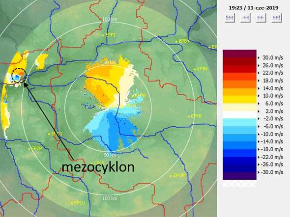 Radar Poznań, produkt PPI(V) – prędkość radialna (m/s) na kącie elewacji 0,5°, 11.06.2019, godz. 19:23 UTC
