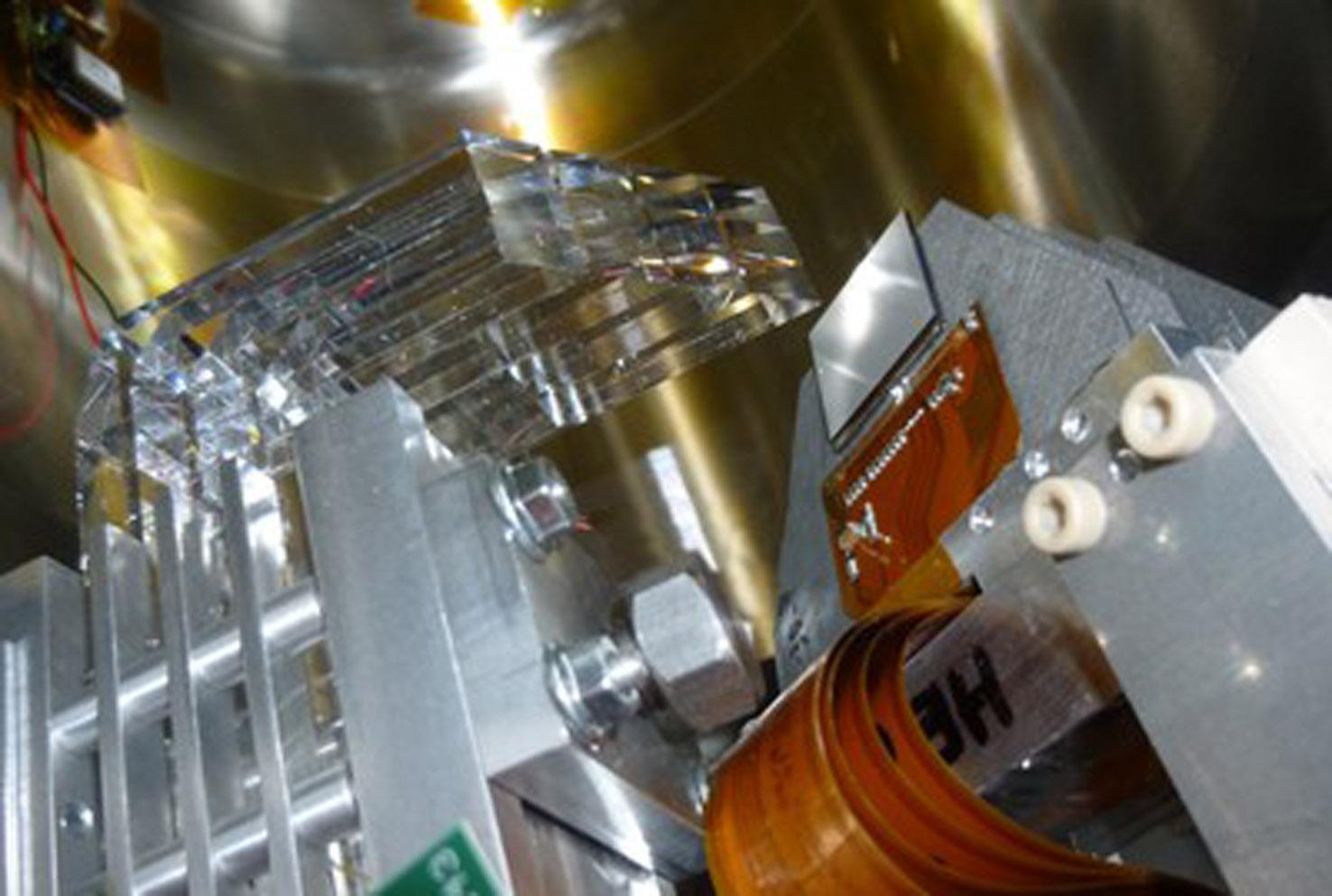 Zdjęcie detektora AFP wykonane podczas instalacji w tunelu LHC. Po lewej  widoczny kwarcowy detektor czasu przelotu, po prawej układ  półprzewodnikowych detektorów mierzących położenie protonu (źródło: IFJ PAN).