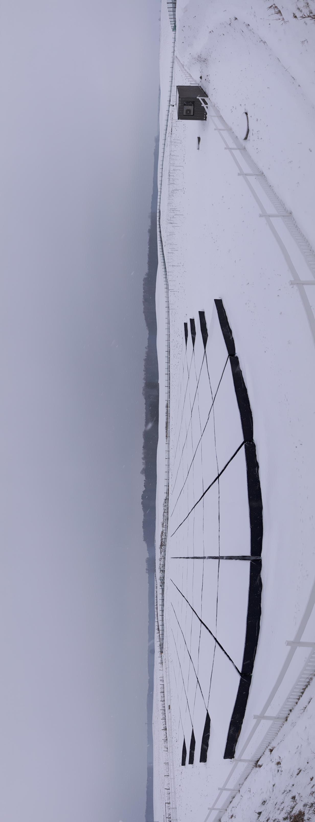 Radioteleskop LOFAR w zimowej szacie.