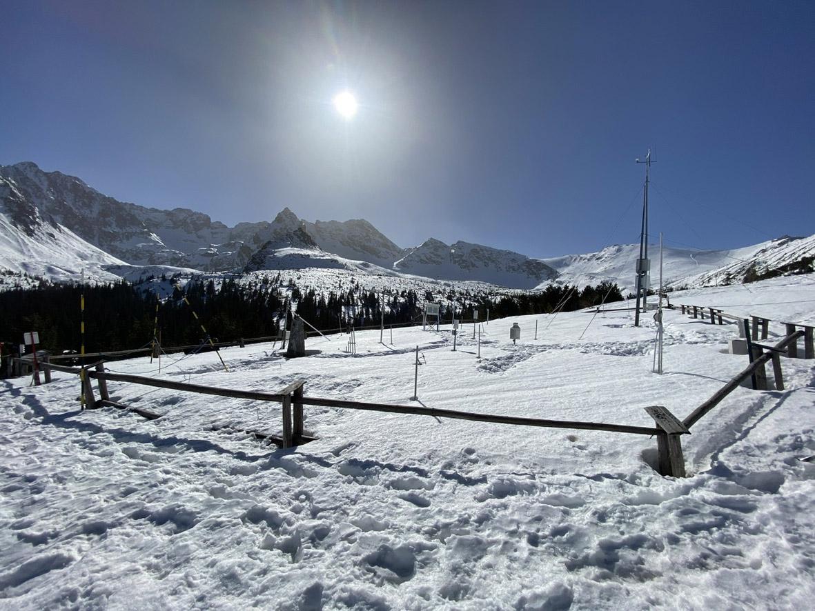 Ogródek badawczo-pomiarowy Stacji Badań Śniegu i Lawin IMGW-PIB na Hali Gąsienicowej; pokrywę śnieżną i klimat Tatr bada się tu od ponad 100 lat (fot. P. Chrustek).