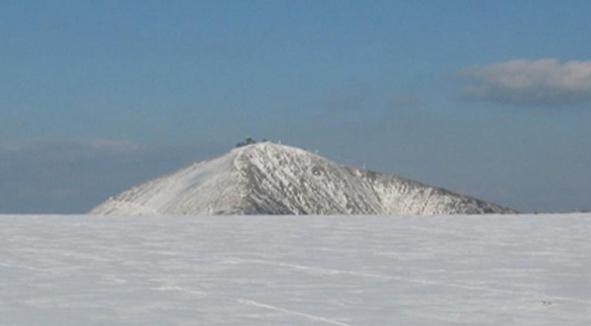 Widok na Śnieżkę ze schroniska Lucni Bouda w dniu 8 maja 2021, ok. godz. 19:00. Fot. windy.com.