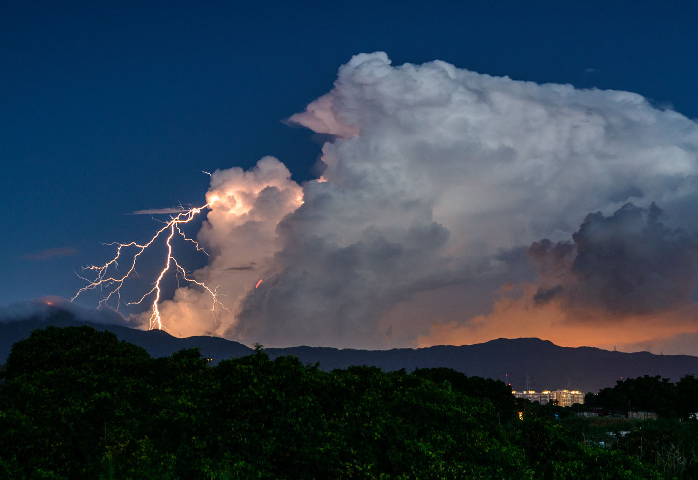 Wyładowanie z chmury Cumulonimbus; F. Sung Lok Cheung (źródło: https://cloudatlas.wmo.int/en/search-image-gallery.html).