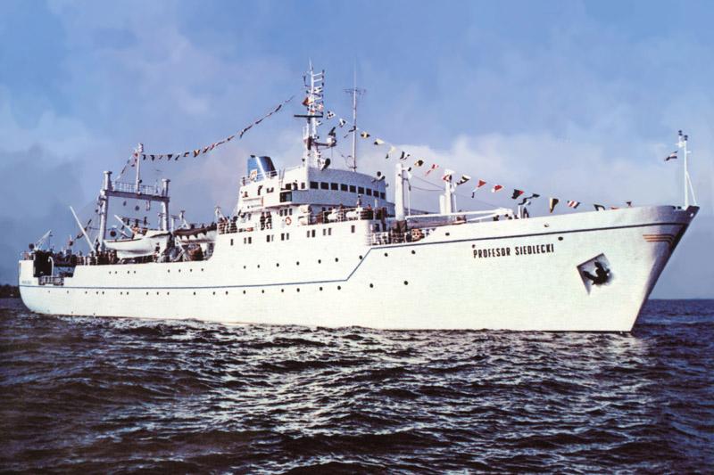 """""""Profesor Siedlecki"""" był największym statkiem badawczym MIR i w swoim czasie jednym z najnowocześniejszych na świecie. W latach 1972-1992 wykorzystywano go do badań oceanicznych, szczególnie w rejonie Antarktyki. Fot. archiwum MIR-PIB."""