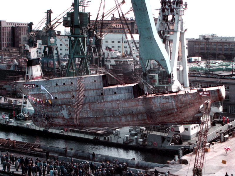 """Wodowanie r/v """"Baltica"""" 22 kwietnia 1992 roku. Fot. archiwum MIR-PIB."""
