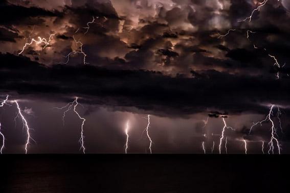 Burza w Peniscola, Hiszpania. Fot. Josep Castells on Unsplash.