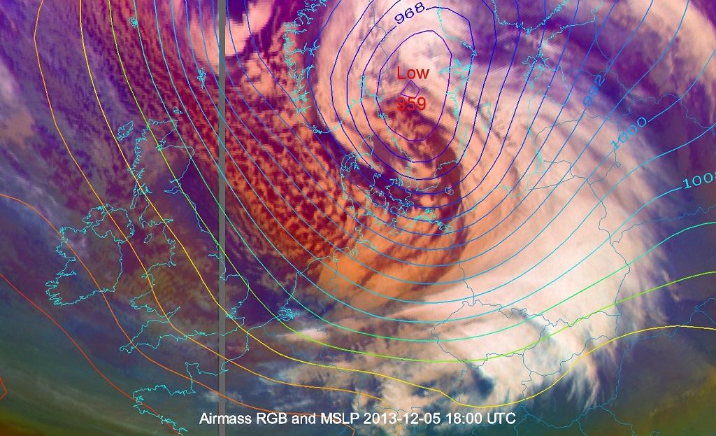 Zdjęcie satelitarne z satelity geostacjonarnego Meteosat-10 (kompozycja RGB Air-mass) z naniesiony-mi izobarami ciśnienia na poziomie morza (źródło: eumetsat.int).